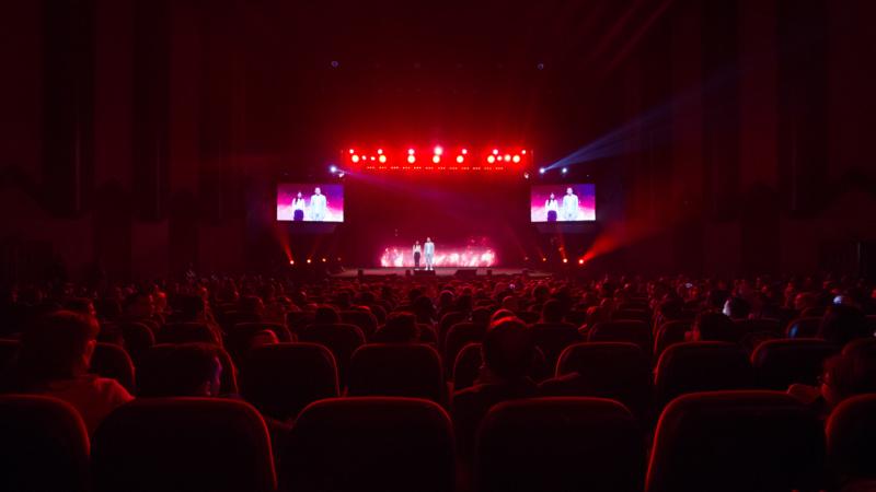 1500 personnes au théâtre national